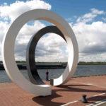 (1) Henk van Bennekum, Cyclus, 1981 / 2011, gecoat staal, b 750, ø 500 cm