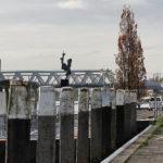 (1) Arthur Spronken, Boegbeeld, 1975, brons op betonnen sokkel, beeld 50 x 100 x 200 cm, sokkel 45 x 45 x 300 cm