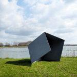 (14) Henk van Bennekum, Opengevouwen prisma II, 1995, staal, zijde 150 cm