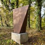 (9) Marry Teeuwen, Gedeelde piramide modulair, 1981, gietijzer, vier delen, 100 x 100 x 100 cm elk