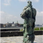(3) Bert Nijenhuis, Meningvormend Figuur, 1990, brons, 200 x 90 x 90 cm