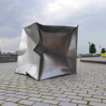 (21) Ewerdt Hilgemann, Imploded cube (geïmplodeerd dmv water), 2000, roestvrij staal, 180 x 180 x 180 cm