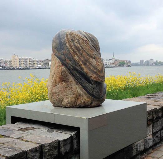 (6) Petra Boshart, Split Second, 2014; graniet; 50 x 65 x 120 cm