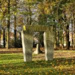 (13) Lukas Arons, Fragmenten, 1994, dolomieten verf, poort 265 x 35 x 270 cm, boot 400 x 100 x 110 cm, drie stenen 95 x 35 x 235 cm