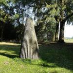 (33) Matti Peltokangas, Licht, schaduw, licht, 1994, graniet, h 240 cm, ø 110 cm