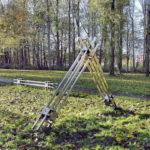 (26) Niels Lous, Elementaire richtingen, 1989, roestvrij staal, horizontaal 75 x 50 x 250 cm, haaks 200 x 50 300 cm, verticaal 250 x 50 x 50 cm, dit laatste element is verdwenen