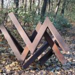 (29) Yvonne Kracht, Uit de driehoek, 1978, cortenstaal, 140 x 155 x 130 cm
